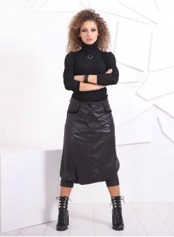 Блуза-поло в черно с метален аксесоар