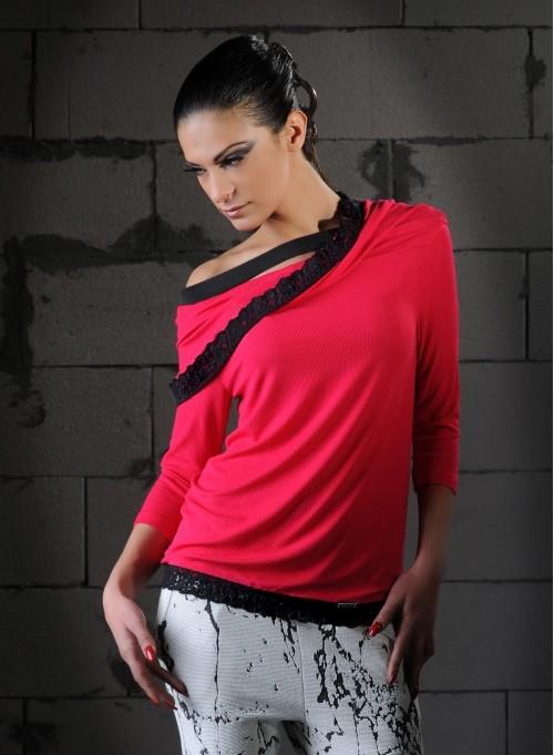 Блуза с голо рамо от рипс в цвят циклама и акцент от дантела