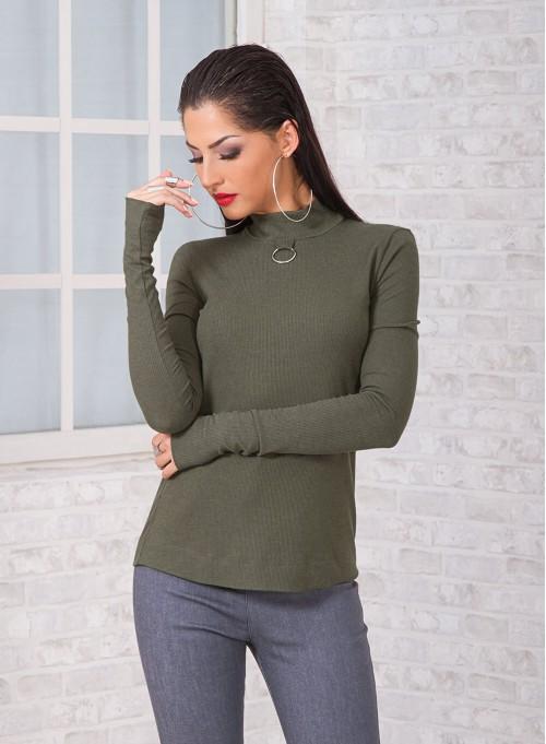 Блуза в пастелно зелено с метален аксесоар и V-образен гръб