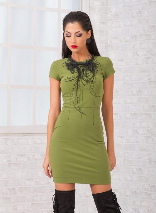 Предизвикателна рокля в пастелно зелено с контуриращи акценти