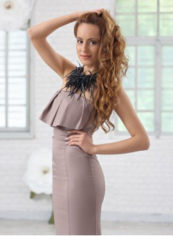 Елегантна рокля тип бюстие с пеплум