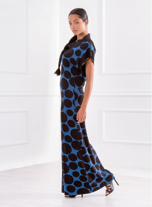 Дълга рокля в синьо на точки с акцент мрежа на гърба